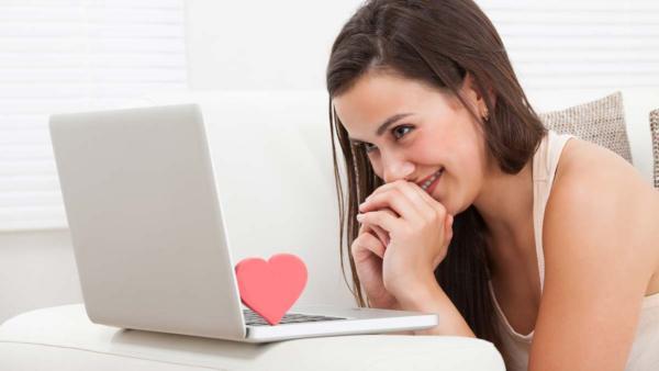 Uma mulher em um site de encontros